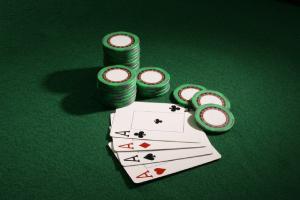 pokerimerkit ja kortit